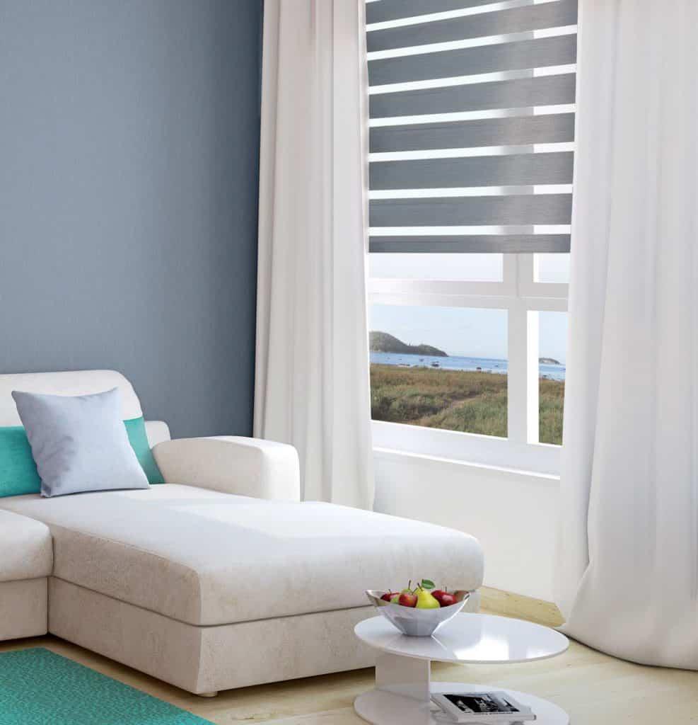 Image d'une fenêtre avec des stores alternés de couleur gris foncé
