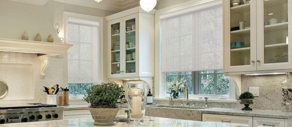 image d'une cuisine comprenant deux fenêtre ayant des toile solaires beige pâle